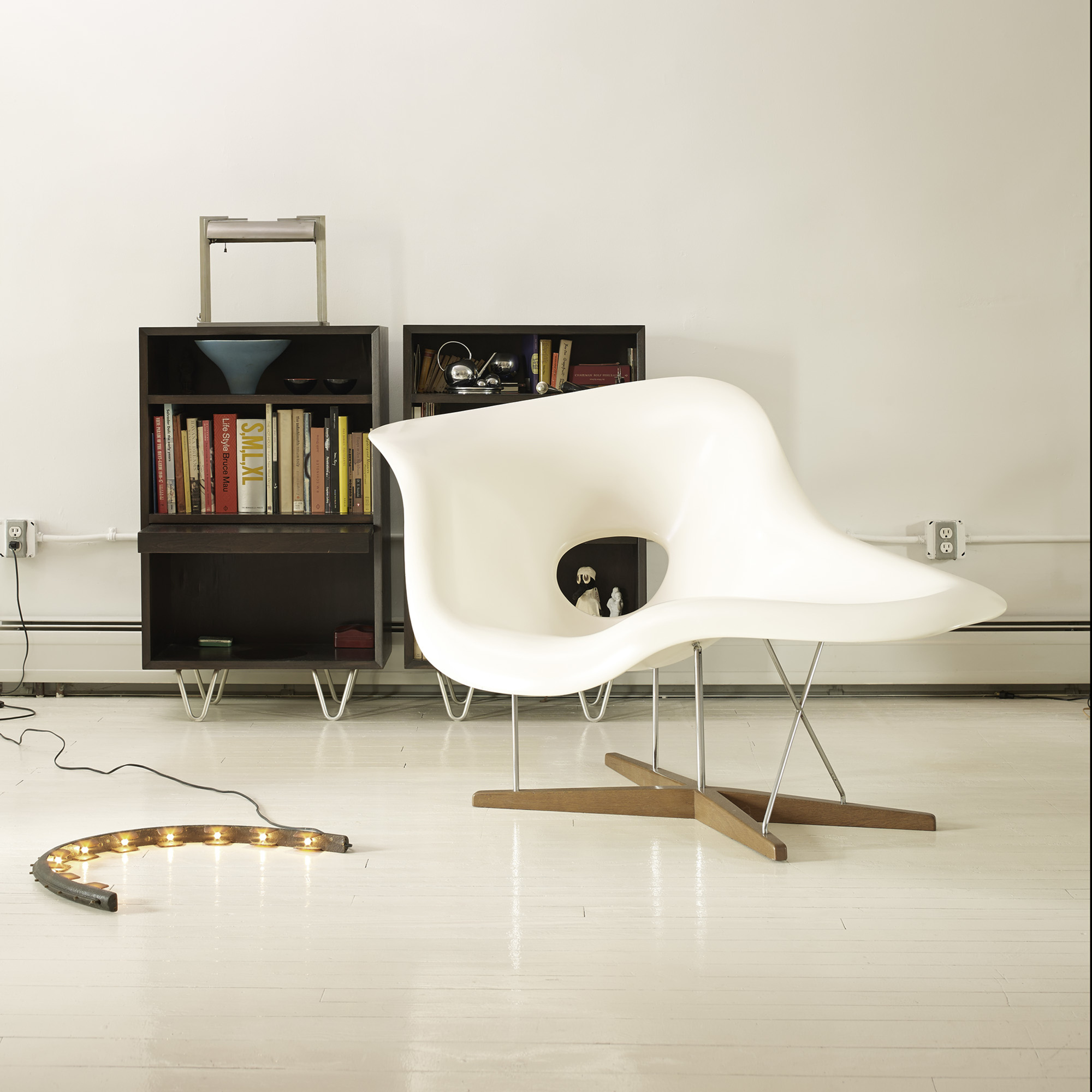 171 charles and ray eames la chaise for Chaise coque eames