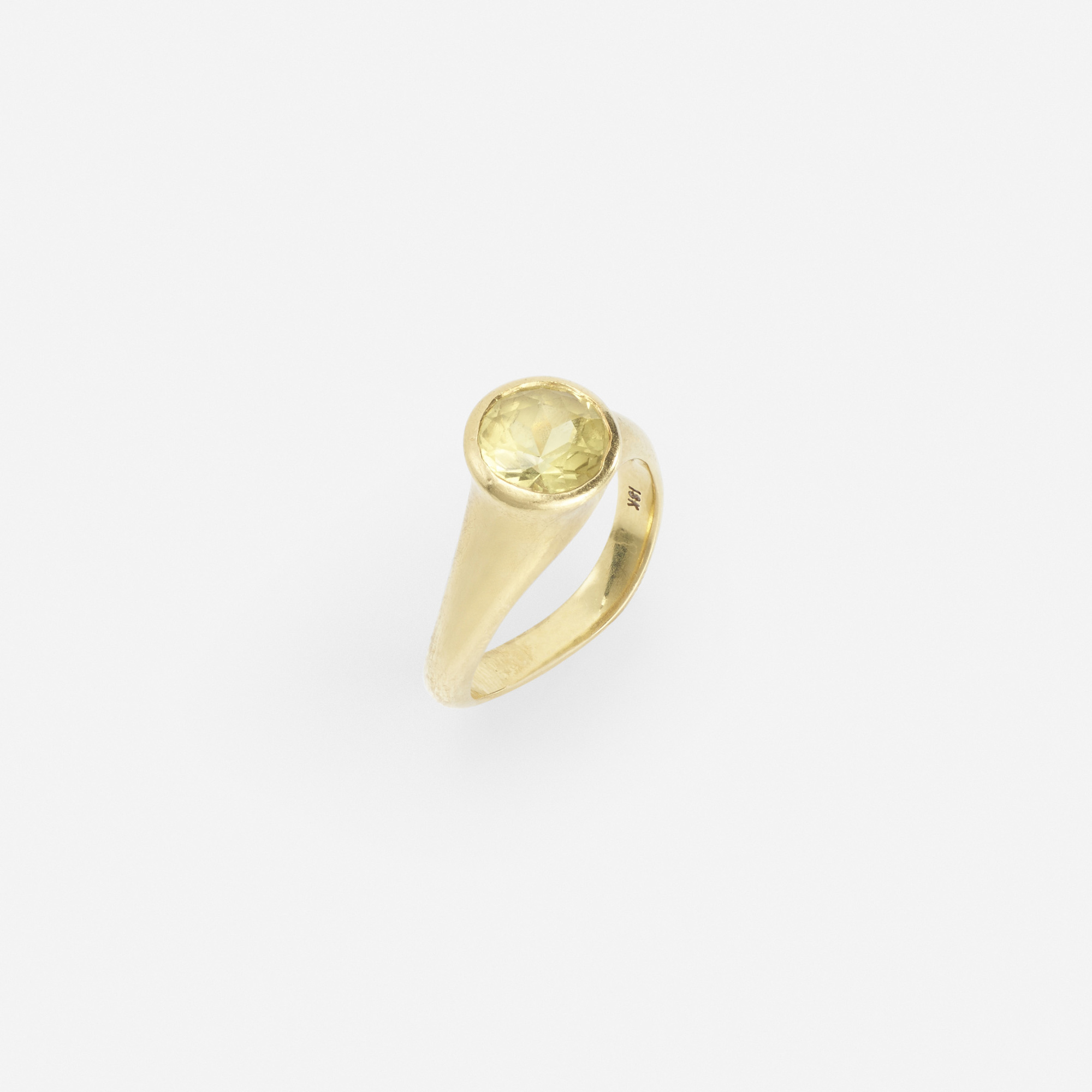 243: Angela Cummings / A gold and yellow sapphire ring (1 of 1)